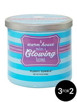 yankee-candle-a-warm-house-makes-a-glowing-home-fluffy-towels