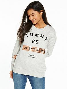 tommy-jeans-graphic-long-sleeve-knit-sweat-top-light-grey-heather