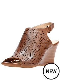 clarks-raven-dawn-wooden-heel-wedge-leather-sandal-tan