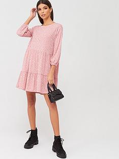 boohoo-boohoo-ditsy-print-tiered-smock-dress-pink