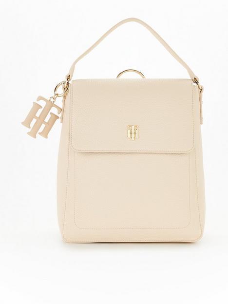 tommy-hilfiger-logo-charm-soft-backpack-cream